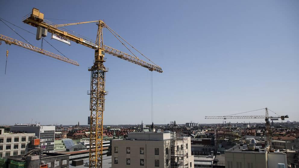 Man uppe i byggkran i stockholm