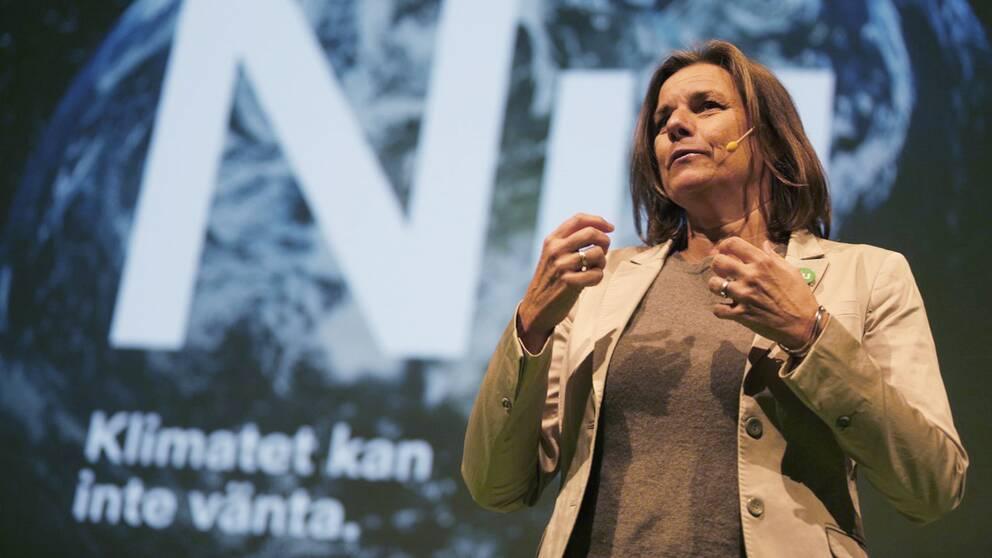 Miljöpartiets språkrör Isabella Lövin tallar på partikongressen