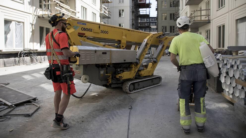 Byggarbetare vid ett nybygge i Stockholm.