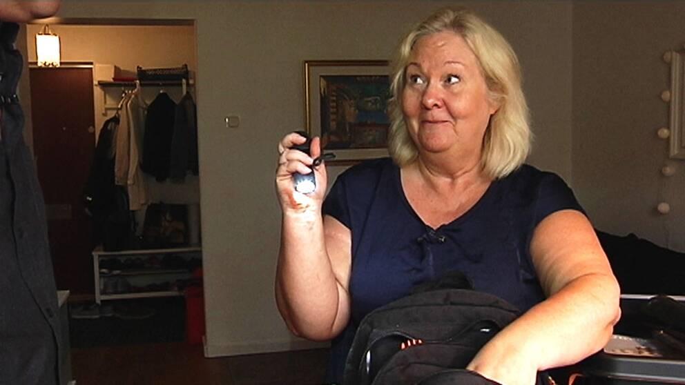 Kvinna med ficklampa.