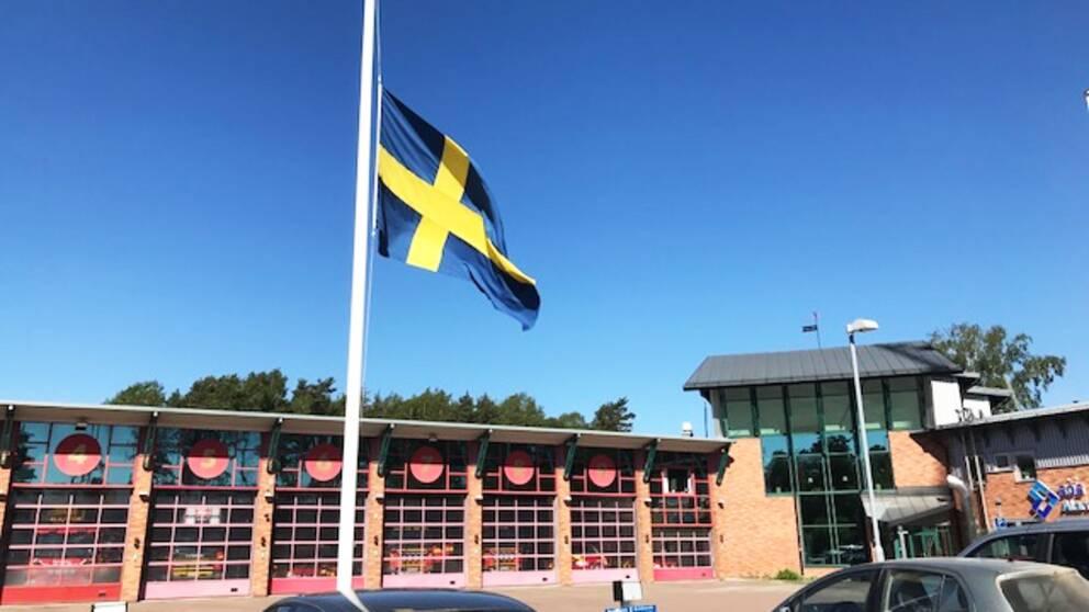 Idag vajar flaggan halv stång vid brandstationen i Karlstad