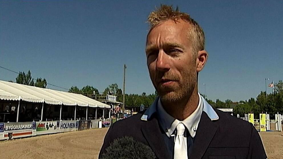 Niklas Jonsson välkomnar de nya reglerna om tävlingsstopp efter en olycka