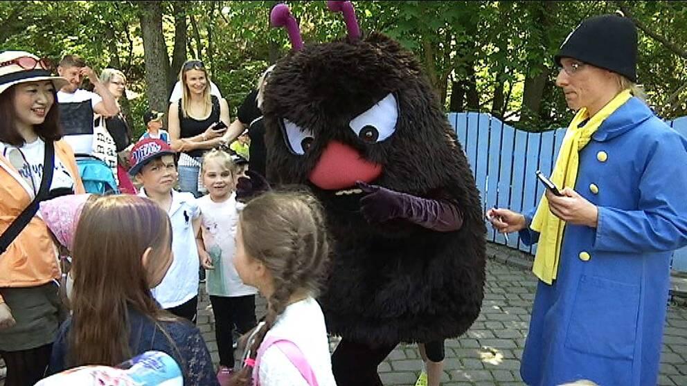 Karaktären Stinky träffar barnen på Muminparken i finska Nådendal