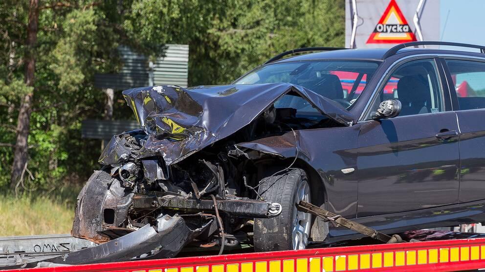 Tva bilar i olycka fem forda till sjukhus