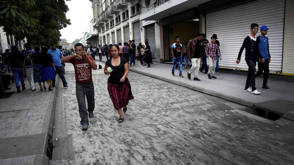 Gatorna i huvudstaden Guatemala city, cirka fyra mil från vulkanen Fuego, täcktes under söndagen av svart aska efter vulkanutbrottet.