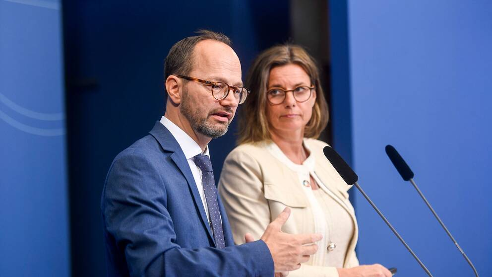 Infrastrukturminister Tomas Eneroth (S) och klimat- och vice statsminister Isabella Lövin (MP) presenterar regeringens nationella plan för infrastrukturen.