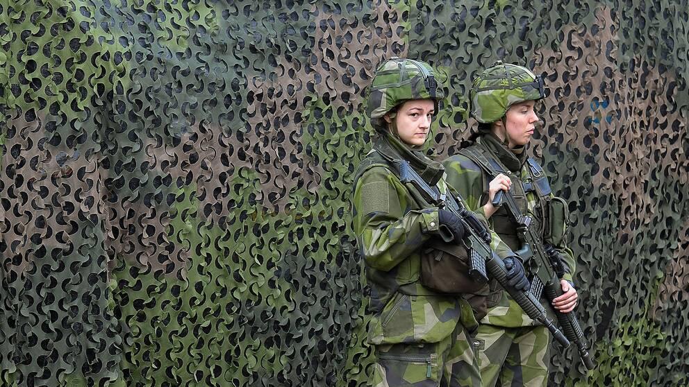 Två kvinnliga soldater under försvarsövningen Aurora 17.