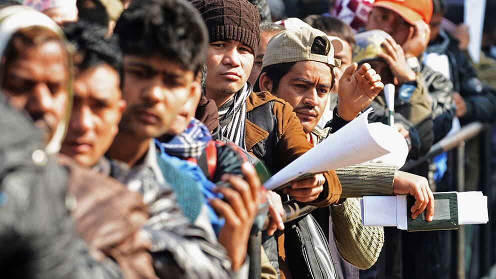 Nepalesiska gästarbetare köar för utresedokument