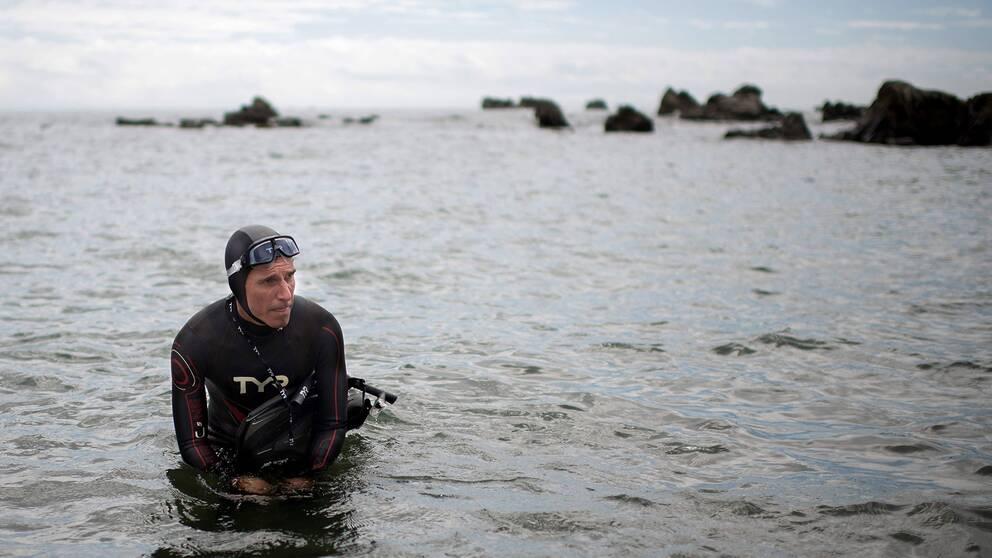 Ben Lecomte gör sig redo att simma iväg på stranden i Chōshi på Japans östkust. Simturen över Stilla havet beräknas ta sex månader.