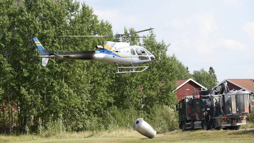 Helikoptrar som vattenbombar den stora skogsbranden 2014 tankar i Virsbo inför nya brandbekämpande flygturer.
