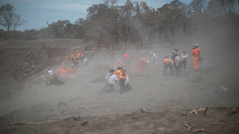 Räddningsarbetare i området nära vulkanen