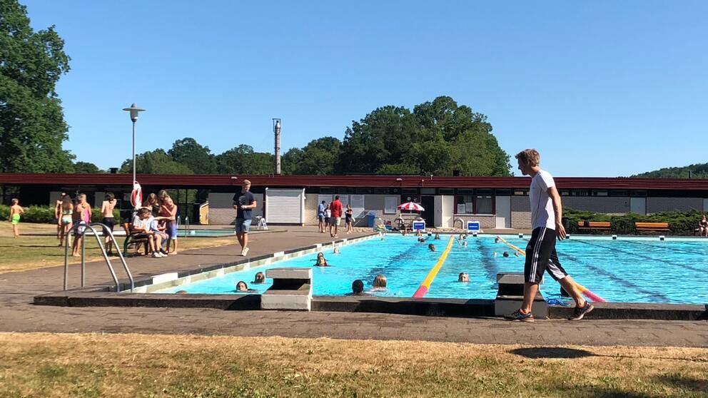 Här simmar barnen påTorelundsbadet i Oskarström. Allt under bevakning av unga aktivitetslärare.