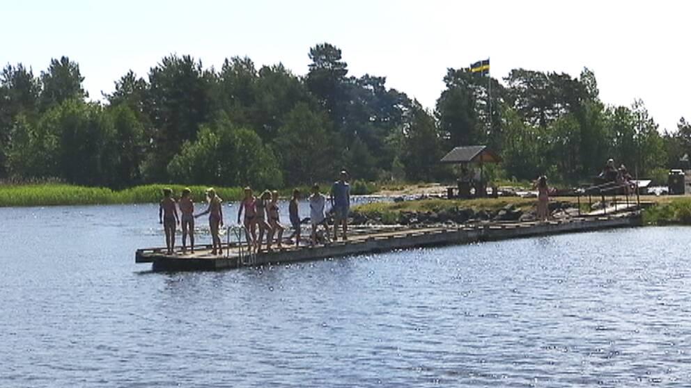 Badbrygga med folk på Skutberget i Karlstad