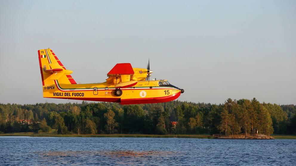 Ett italienskt brandflygplan deltar i släckningsarbetet i Västmanland 2014.