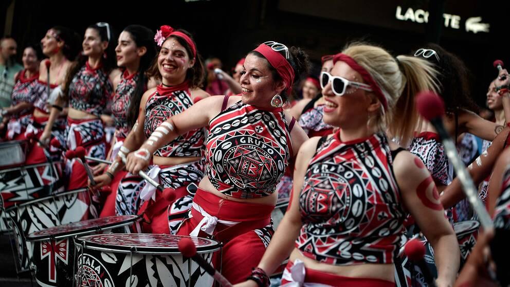 I Greklands huvudstad Aten gick ett trummband i Prideparaden.