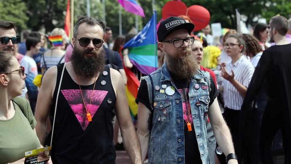 Två paraddeltagare gick hand i hand under den sjuttonde Prideparaden i Kroatiens huvudstad Zagreb.
