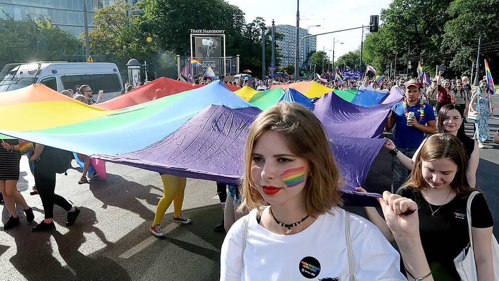 Många människor deltog i den årliga Prideparaden i Polens huvudstad Warszawa under lördagen.
