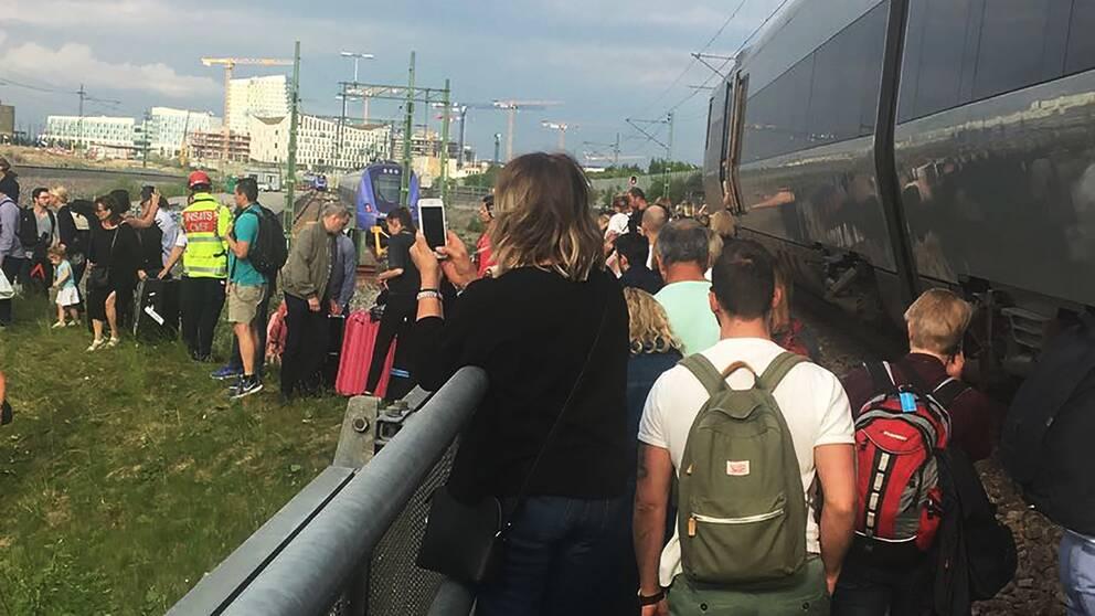 Människor går ut ur tåg vid Hyllie i Malmö, Sverige.