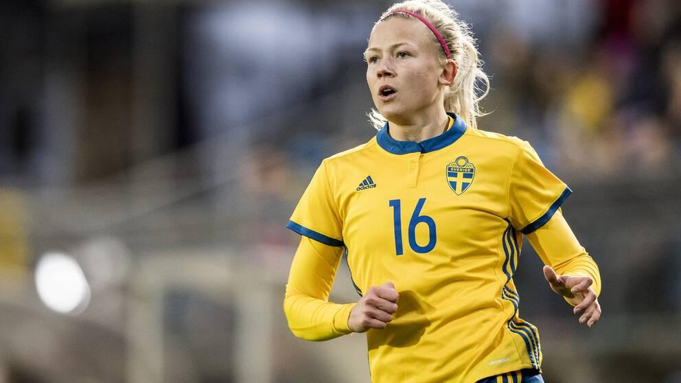 Hanna Glas har feber och stannar i Sverige.