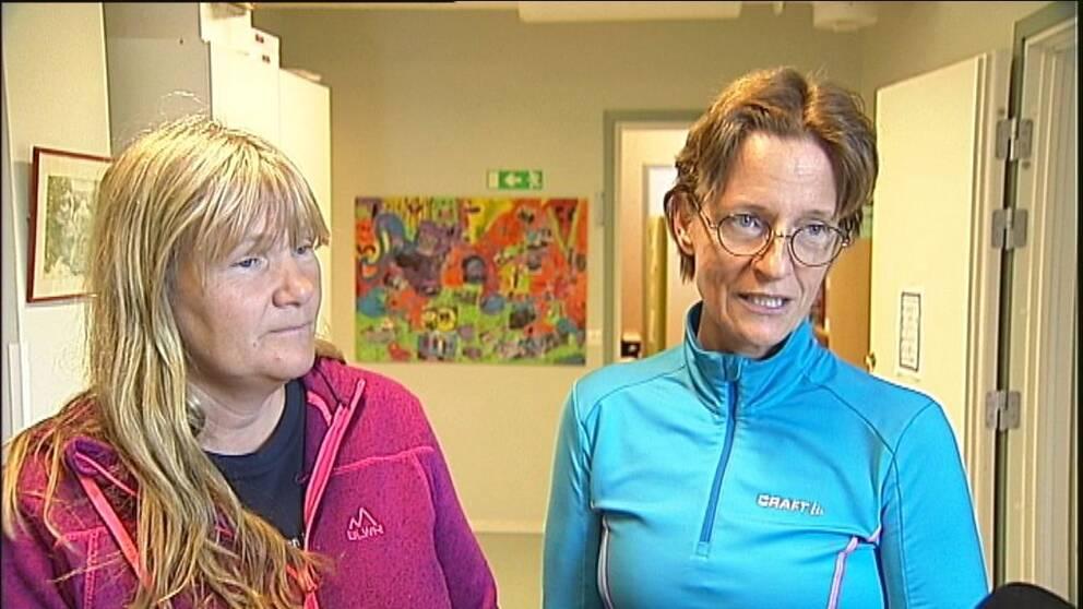 två kvinnor i en skolkorridor