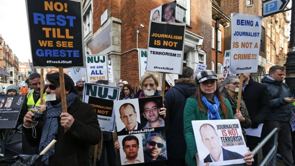Journalister demonstrerar utanför Egyptens ambassad i London.