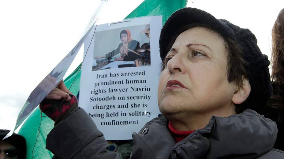 Nobelpristagaren Shirin Ebadi protesterar år 2010 för människorättsadvokaten Nasrin Sotoudehs frisläppande.