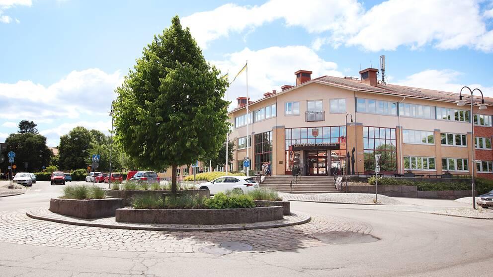 Entrén och rondellen utanför Strängnäs kommunhus