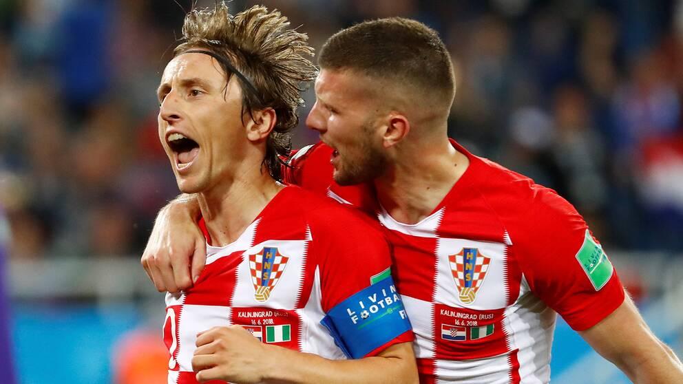 Målskytten Luka Modric jublar efter 2–0.