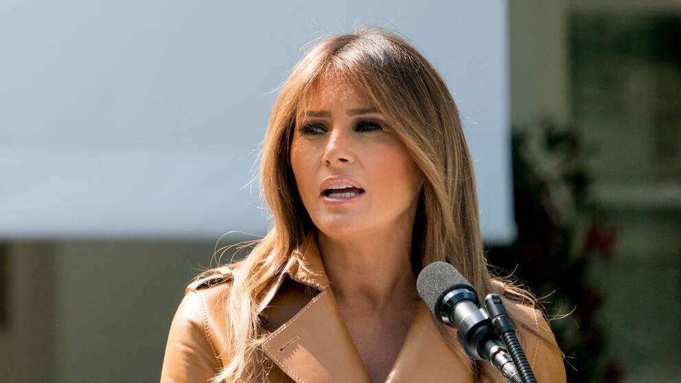 Melania Trump med en mikrofon