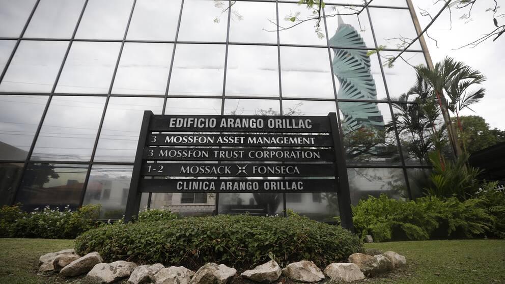 Skylt med Mossack Fonsecas namn utanför företagsbyggnaden i Panama City
