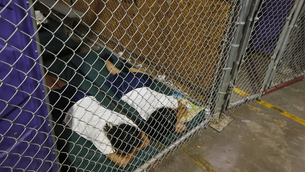 Två flickor sover i en cell i Nogales, Arizona. Bilden är från 2014 men har fått spridning i sociala medier igen i samband med kritiken mot Trump-administrationen.