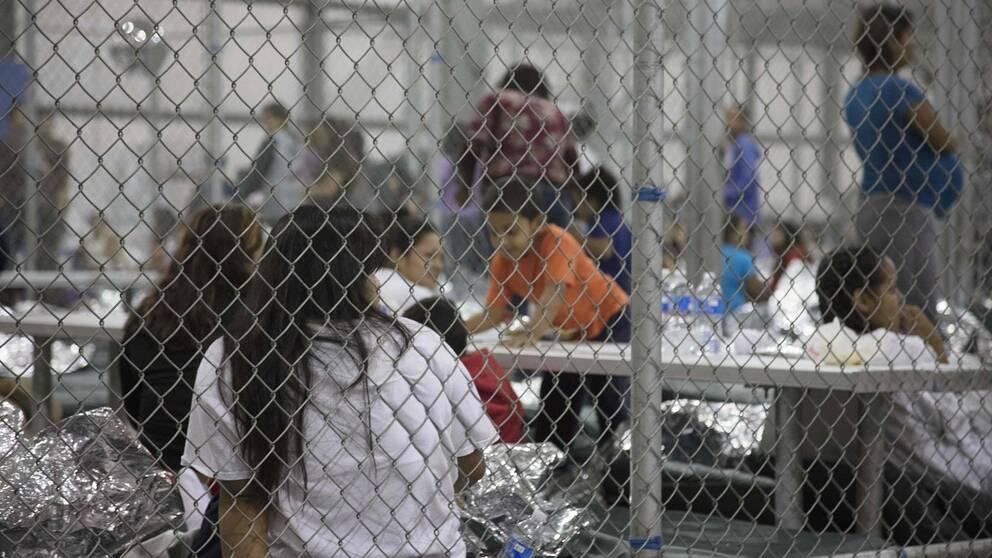 Barn som tagit sig över gränsen till USA och låsts in i en cell i McAllen, Texas. Bilden är från 17 juni.