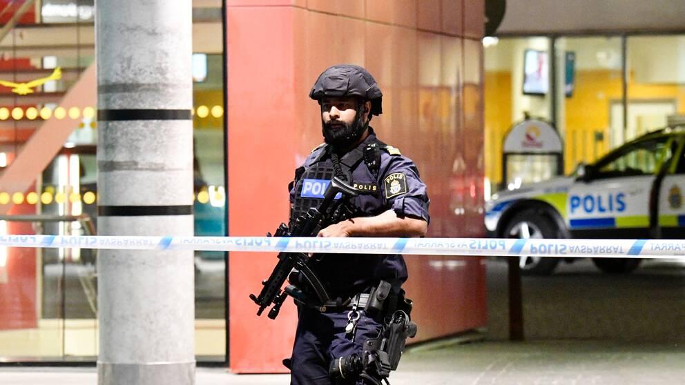 Polisen bevakar akuten i Malmö.