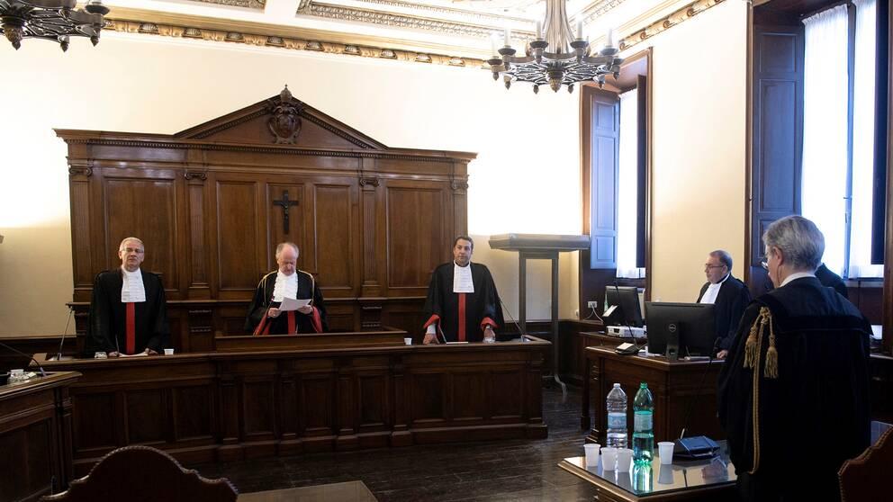 Män i rättgångssal i Vatikanstaten