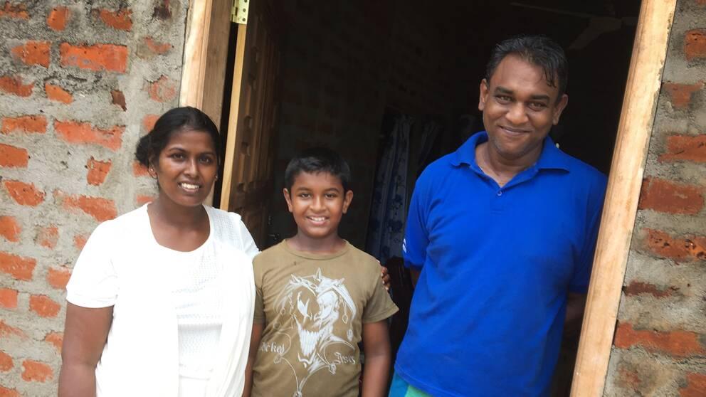 Familjen Johti, från vänster Darshani Johti, Dinuka (son) och Arjuna Johti, fiskare och taxichaufför.