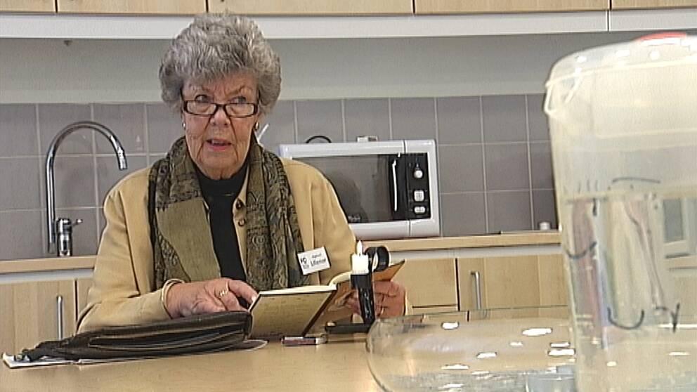 Ett tiotal läsombud som besöker äldreboenden för att läsa högt för de som bor där. Det är ett projekt som pågår i Eskilstuna. Arbetet sker helt ideellt och vi har träffat Lillemor Cederblad, som var tredje vecka högläser för bland annat personer med demens.