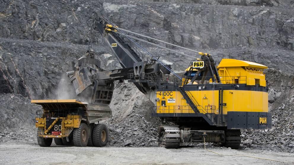 gruvmaskiner jobbar i dagbrott i gruva
