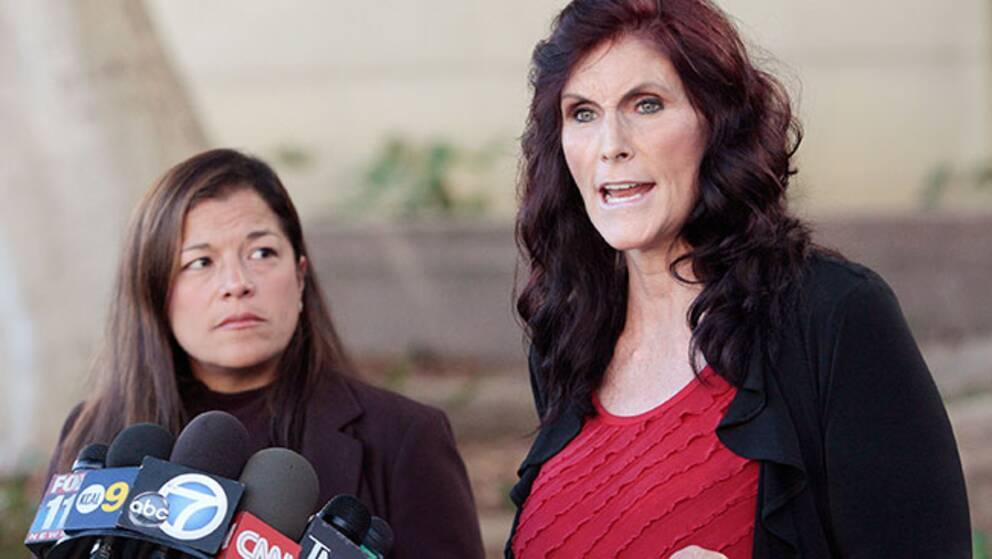 Skådespelerskan Cindy Lee Garcia, till höger, har kämpat för att få filmen bortplockad från Youtube.