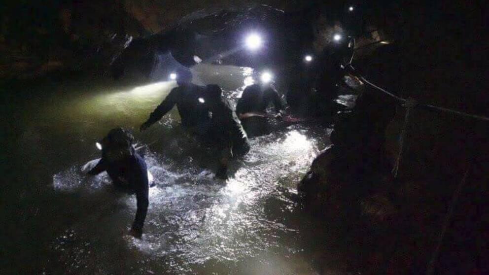Ett räddningsteam på väg in i grottan där pojkarna och deras tränare nu har hittats.