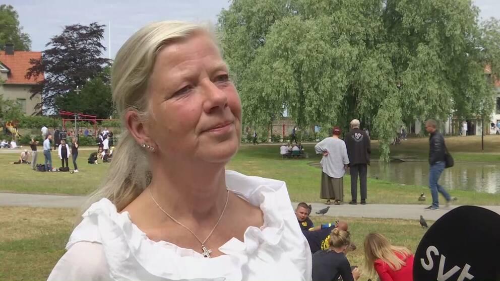 Kristina Axén Olin (M) intervjuas av Pontus Mattsson i Almedalsparken.