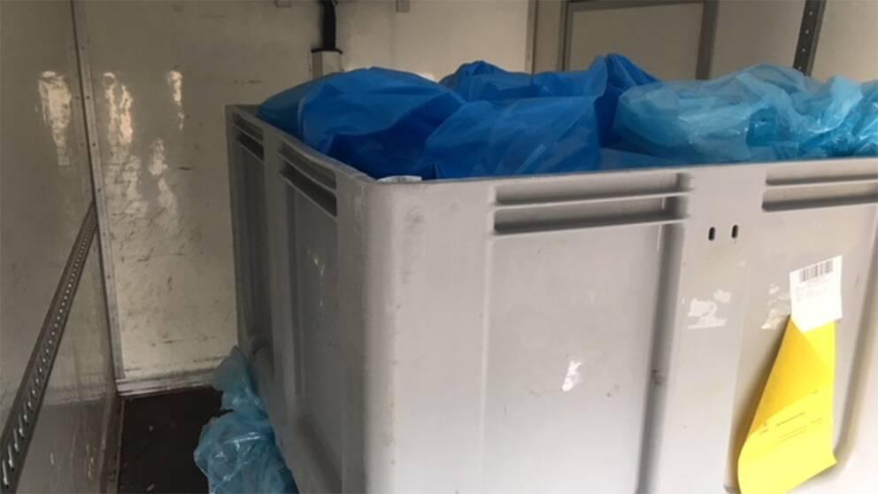 Plastlådor fulla med fläskkött.