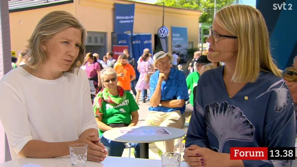 Karolina Skog (MP), miljöminister och Kristina Yngwe (C) debatterar på SVT:s scen.