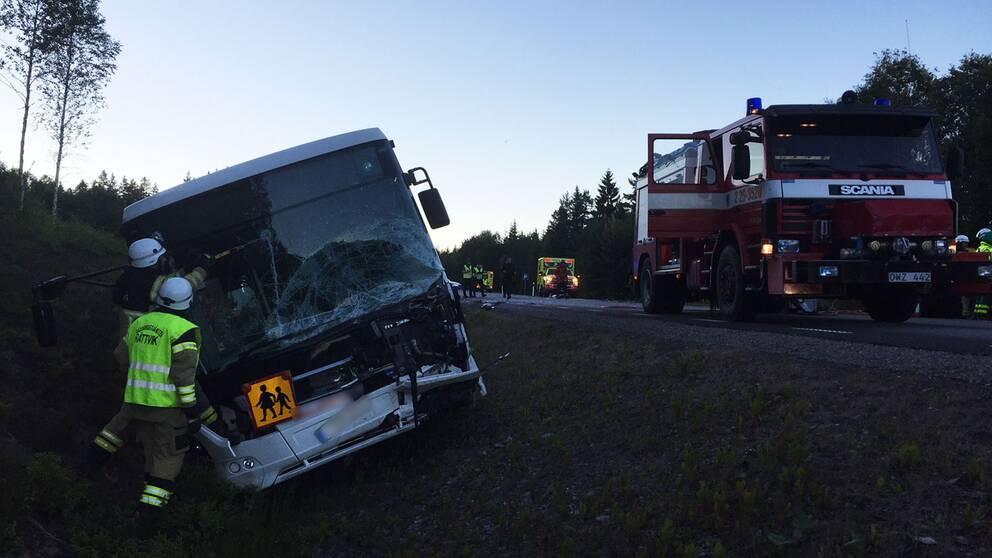 Turistbuss i krock valte ner i dike