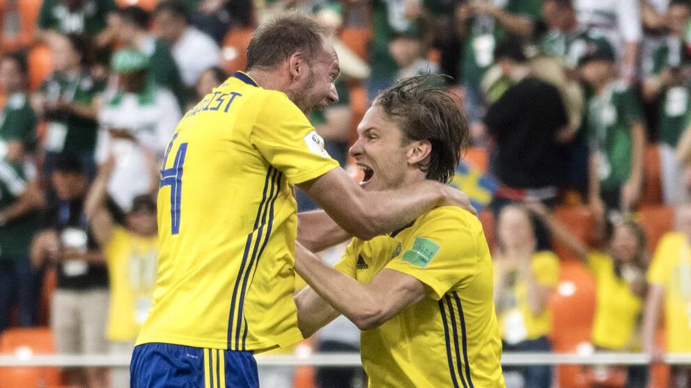 Sveriges lagkapten Andreas Granqvist (tv) och Albin Ekdal jublar.