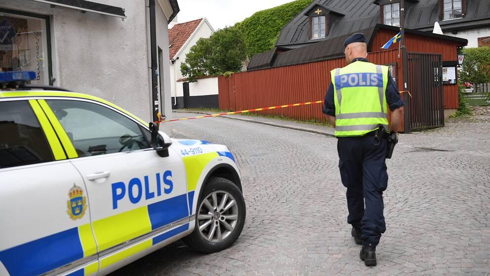 Polis vid en avspärrning i Visby på Gotland.