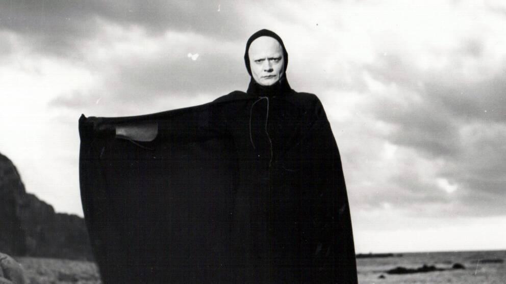 """Skådespelaren Beng Ekerot i sin klassiska roll som Döden, ur """"Det sjunde inseglet"""" från 1957."""