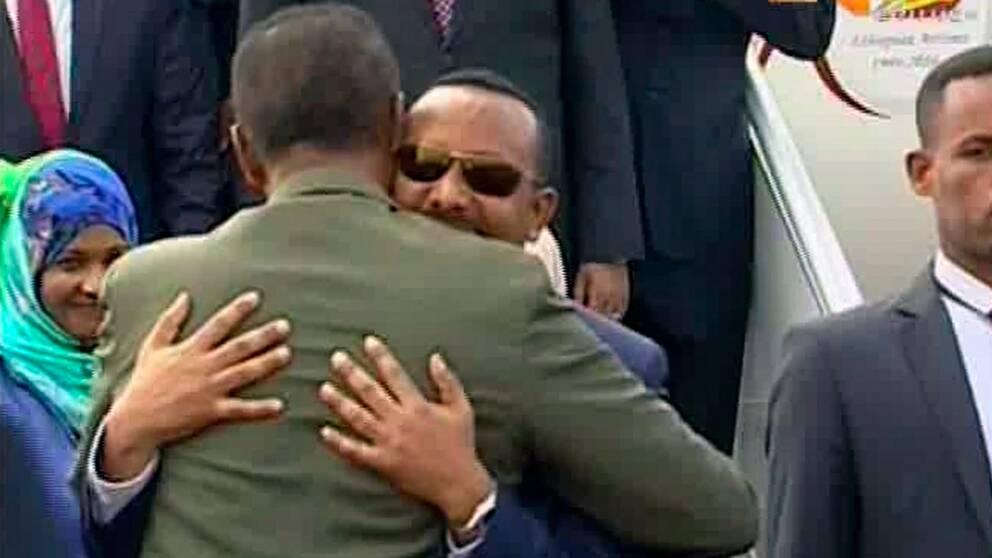 Den etiopiske premiärministern Abiy Ahmed omfamnar den eritreanske presidenten Isaias Afwerki i Eritreas huvudstad Asmara.