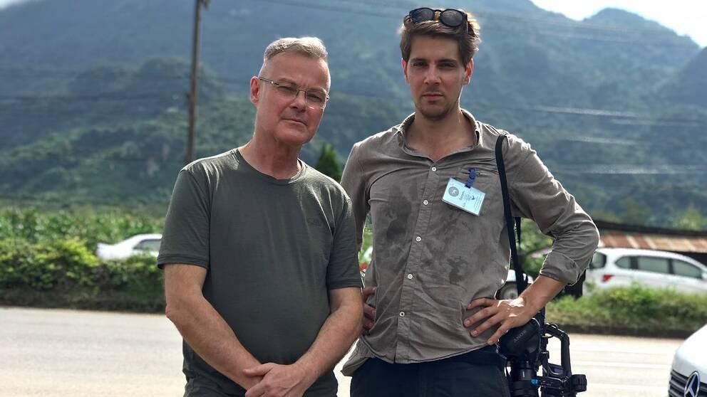 SVT urikesreporter Claes JB Löfgren och fotograf Vlada Čakić vid Luan Khun Nam Nang Non i närheten av grottan där räddningsoperationen pågår i Thailand.