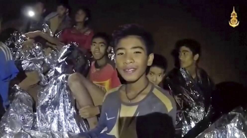 Pojkarna som ler mot kamerorna när de hittas inne i kamerorna.