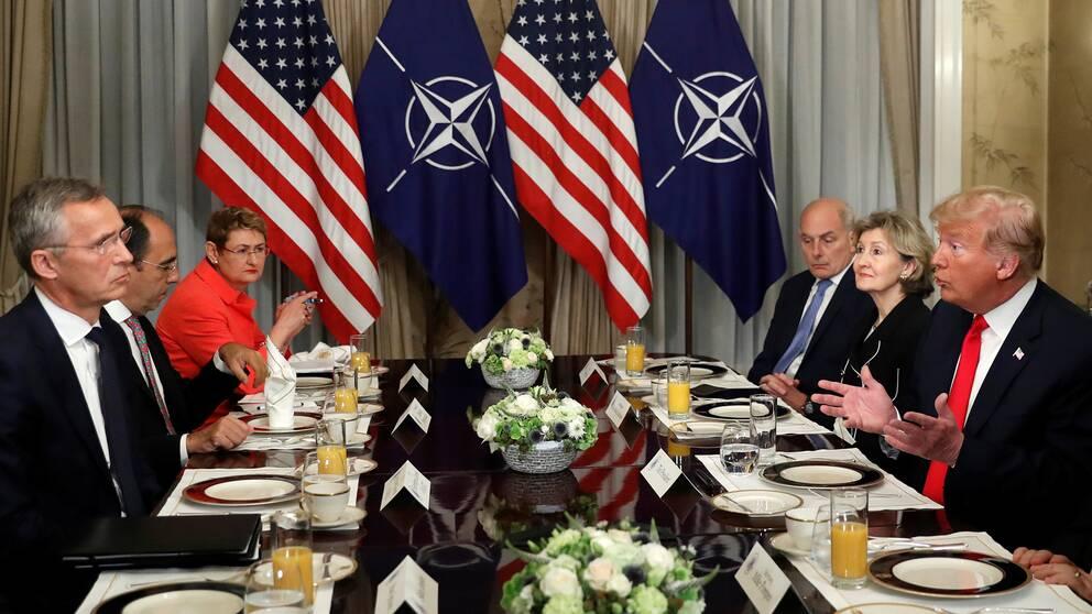 Världsledare sitter och äter frukost.